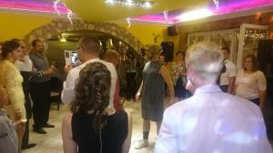 Az esküvői dj. rendezvényre bolond menyasszony érkezik..